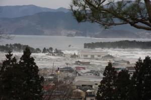 陸前高田のまちを襲う津波の写真